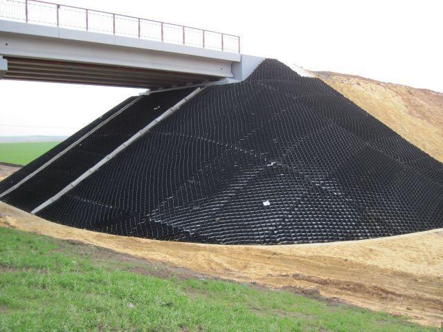 Георешетка на откосе моста