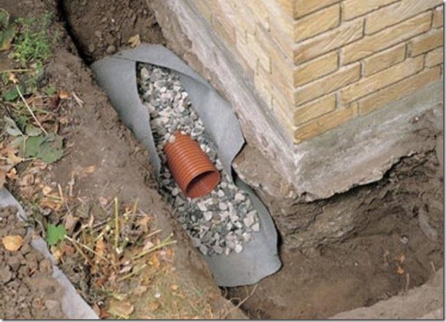 Отвод воды от фундамента с помощью дренажной однослойной трубы