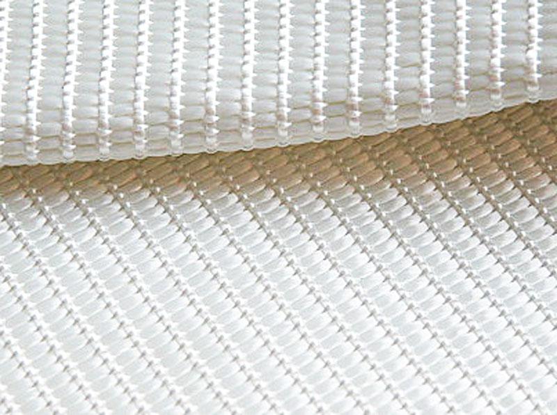 Тканый геотекстиль Стабитекс изготавливают способом переплетения высокомодульного полиэстера (продольные нити) и полиэстера или полиамида (поперечные нити)
