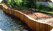 Укрепление береговой линии подпорными стенками–сваями из древесины